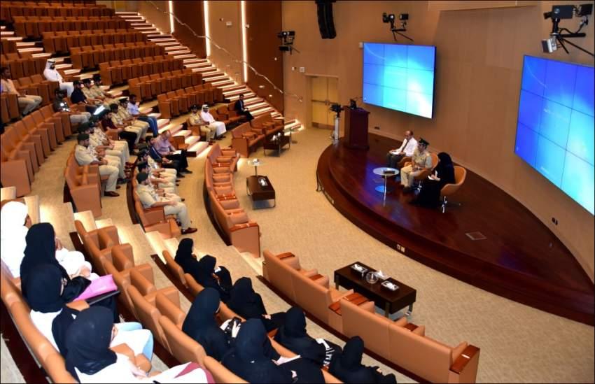 خلال لقاء الموظفين الجدد في مسرح إدارة الأدلة الجنائية بشرطة دبي. (الرؤية)