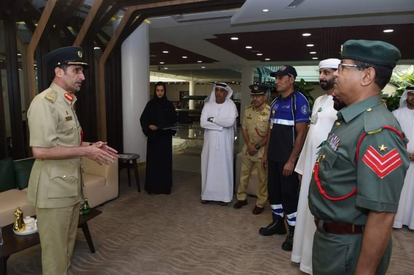 القائد العام لشرطة دبي خلال تكريمه الموظفين لمساعدتهم الأسرة العُمانية. (الرؤية)