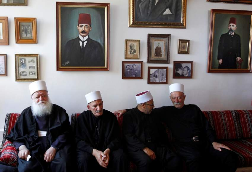 شيوخ دروز أثناء مؤتمر صحفي للنائب طلال ارسلان امس. رويترز