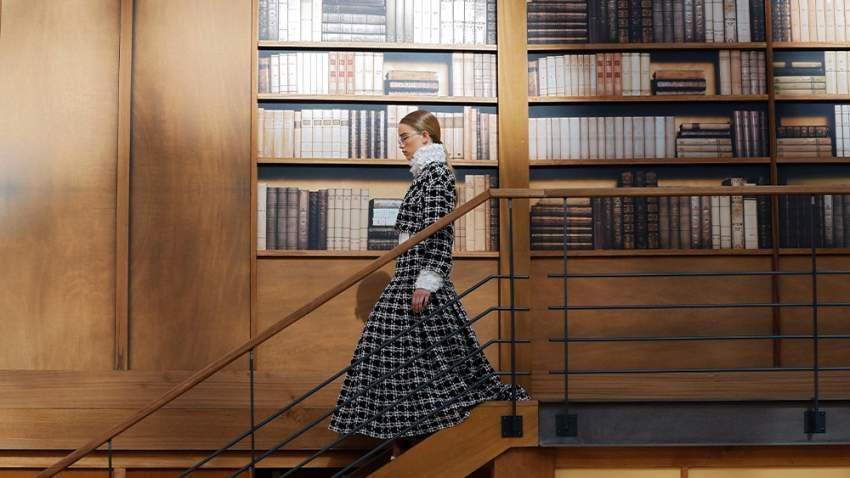 اختارت دار شانيل للأزياء مكتبة القصر الكبيرة في باريس لإقامة العرض بها