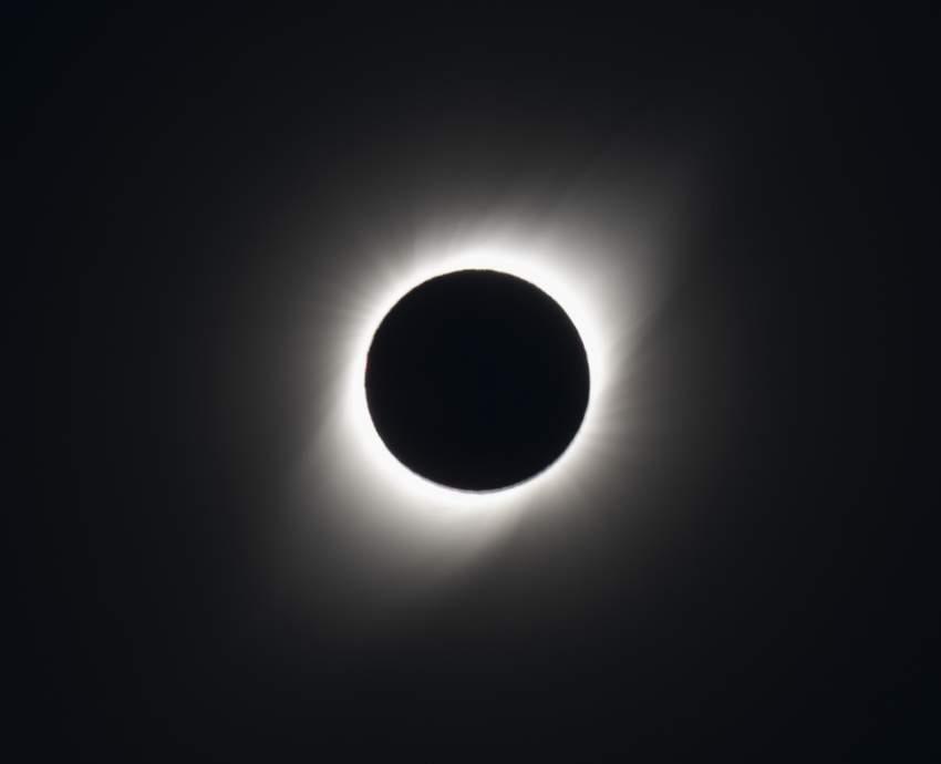 لم تخيب التوقعات رجاء الحريصين على مشاهدة الظاهرة في تشيلي. فقد انتقل الظلام التام الذي غطى مساحة 150 كيلومترا إلى الشرق عبر أجواء المحيط الهادي في ساعة متأخرة من العصر واستقر في تشيلي الساعة 4:38 عصرا (2038 بتوقيت جرينتش).