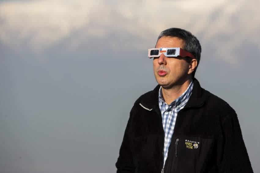 تناثر مئات الآلاف من السياح في صحراء شمال تشيلي أمس الثلاثاء لمشاهدة ظاهرة كونية نادرة: كسوف كامل للشمس يمكن مشاهدته بوضوح في الأجواء الصافية.