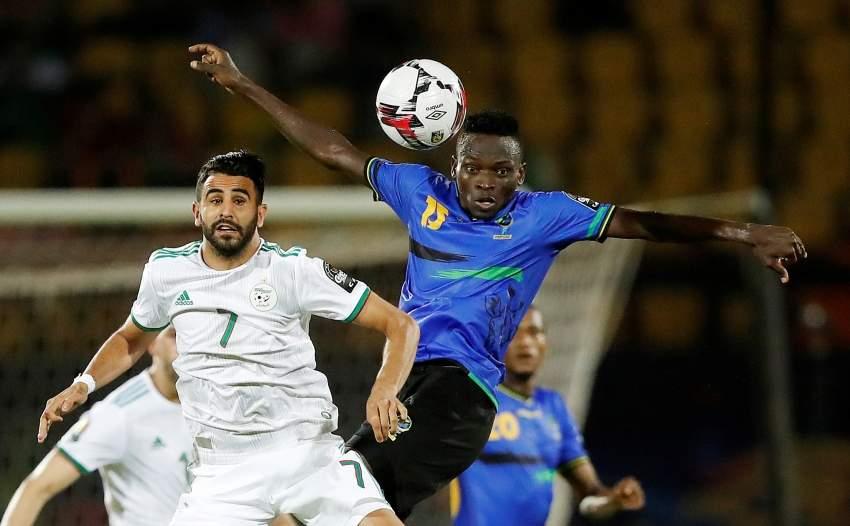 الجزائري رياض محرز أثناء مباراة منتخب بلاده أمام تنزانيا. (رويترز)