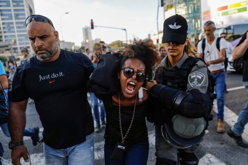 قوات الأمن الاسرائيلية تعتقل محتجا في تل ابيب. أ ف ب