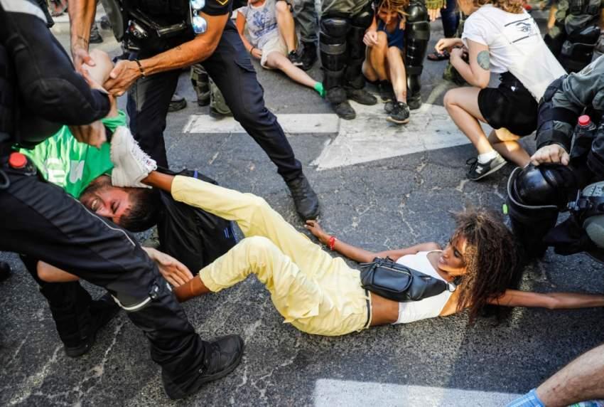 قوات الأمن الإسرائيلية تعتقل أحد المحتجين في تل أبيب. (أ ف ب)