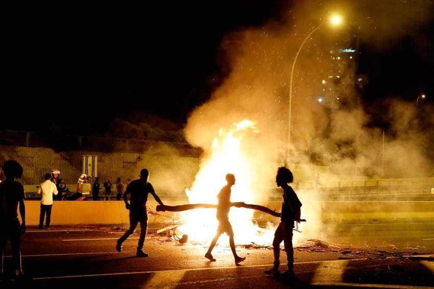 شبان يسدون طريقا أثناء احتجاجات اليهود الاثيوبيين. أ ف ب