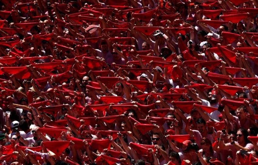 الجماهير تلوح بربطات عنق حمراء