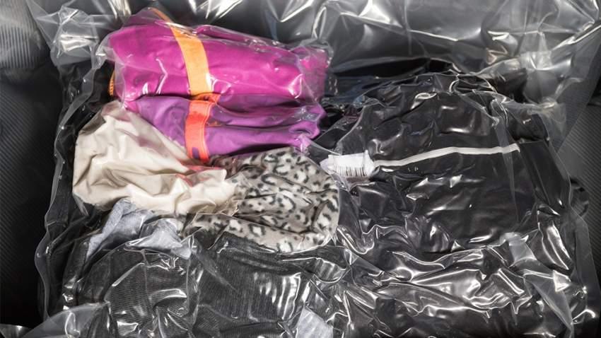 رتب الملابس في كيس بلاستيكي، ثم قم بسحب الهواء من داخله