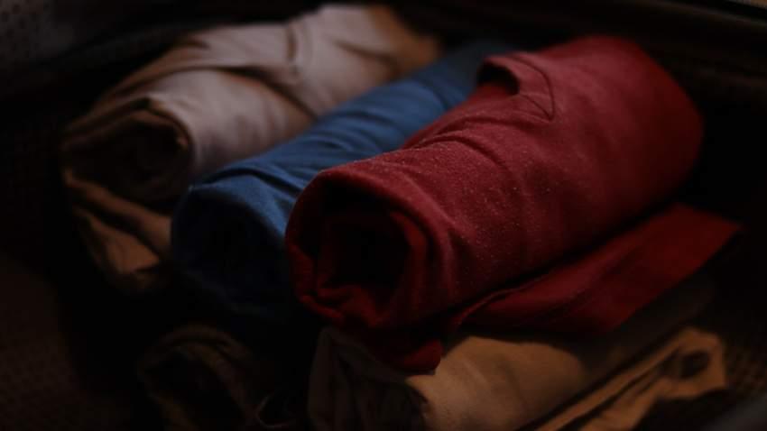 رتب الملابس بشكل أسطواني لتجنب شغل المساحة داخل حقيبة السفر