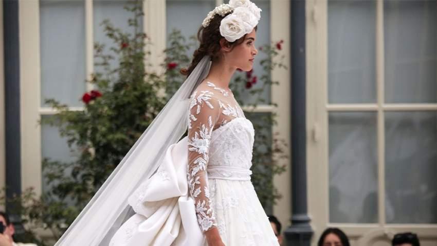 الفيونكة الضخمة في فستان رالف أند روسو حيث تفضل كثيرات هذه الصيحة في فستان الزفاف
