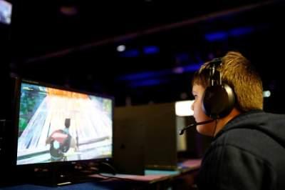 صورة أرشيفية لطفل مراهق يلعب فورتنايت.