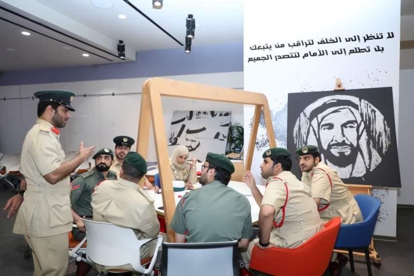 جانب من جلسة عصف ذهني لموظفي التميز والريادة في شرطة دبي. (الرؤية)