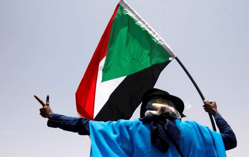سوداني محتفلاً بالتوصل إلى اتفاق للمرحلة الانتقالية. (رويترز)