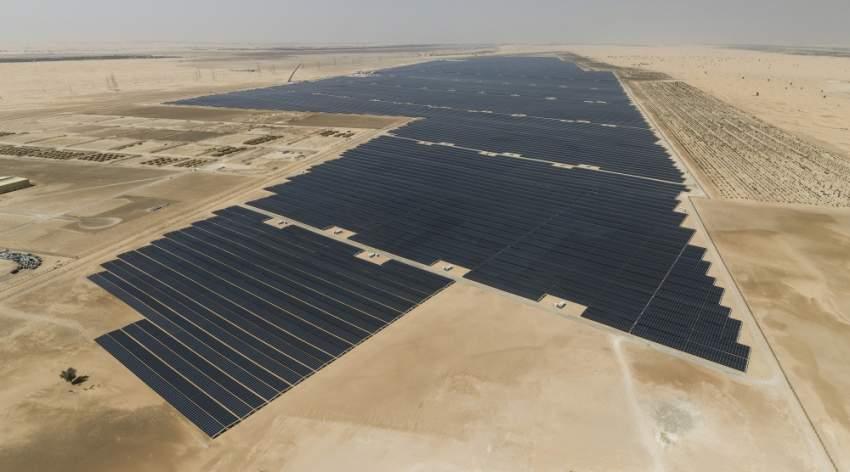 «نور أبوظبي» أكبر محطة مستقلة للطاقة الشمسية في العالم. (الرؤية)