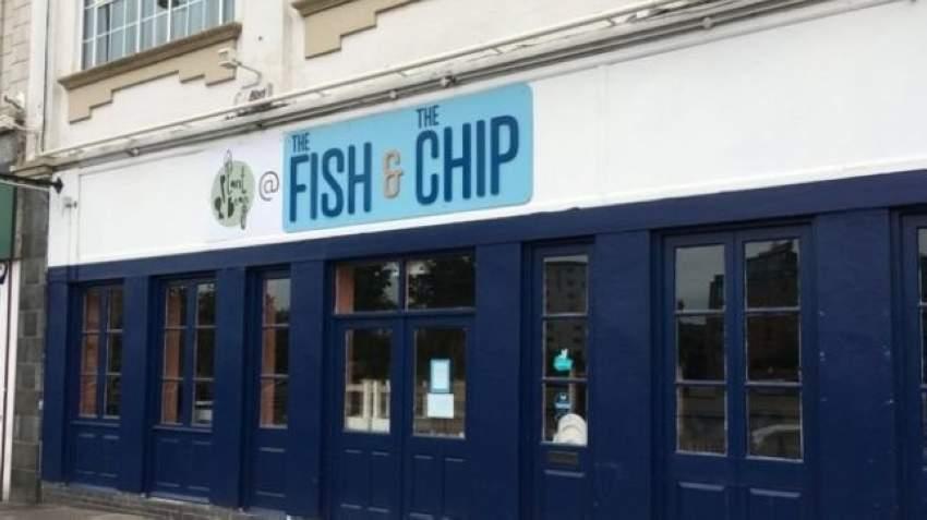 تلوث البلاستيك يغلق مطعم أسماك عالمياً