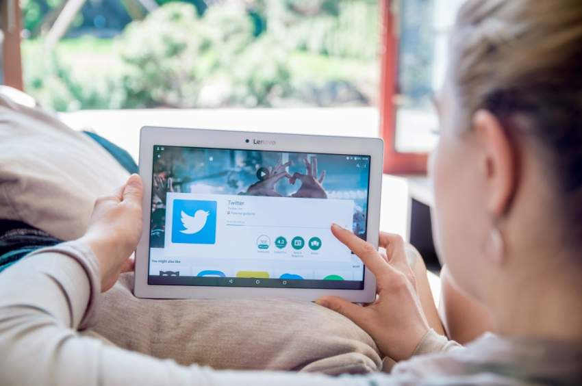 «تويتر» يفرض رقابة مشددة لرصد تغريدات العنصرية والكراهية