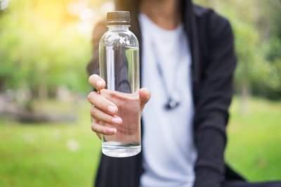 «تحدي غطاء الزجاجة» يجتاح التواصل الاجتماعي ونجوم عالميون يشاركون به