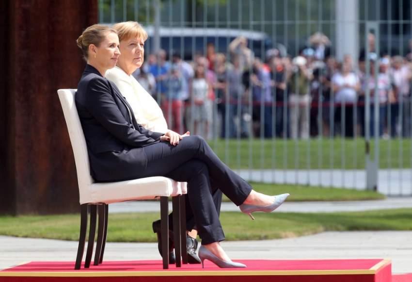 استثنائياً ميركل على الكرسي أثناء مراسم استقبال بروتوكولية