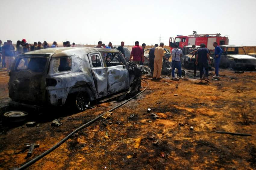 أناس تجمعوا في مكان الانفجار في بنغازي. رويترز