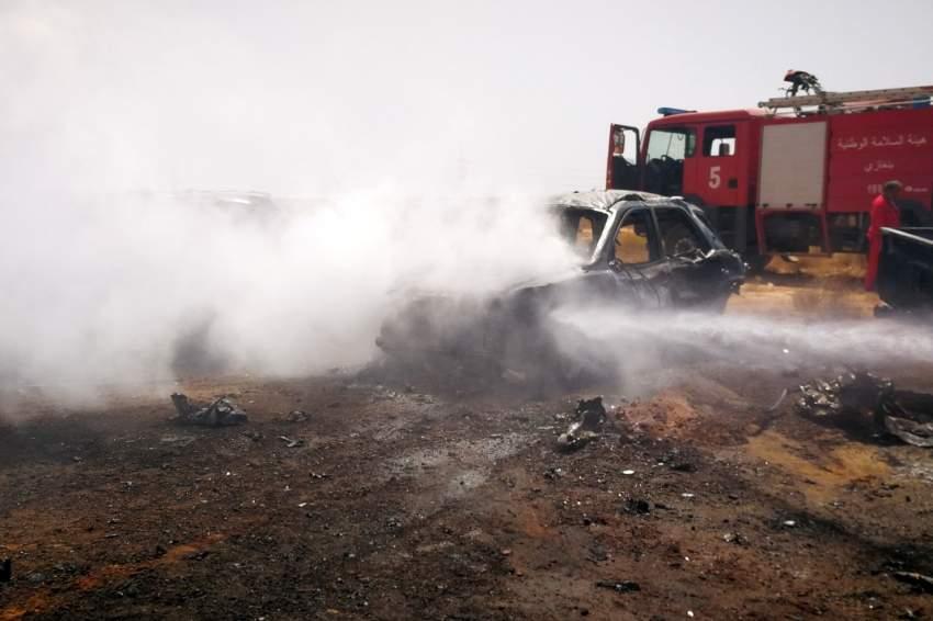 سيارات اطفاء تعمل على اخماد النيران في بقايا السيارة المفخخة. رويترز