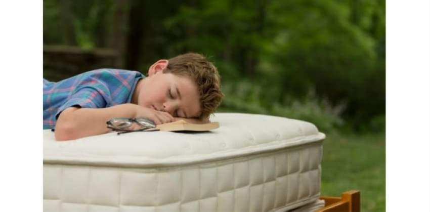 مراتب أطفال مفرِزة للسموم أثناء النوم