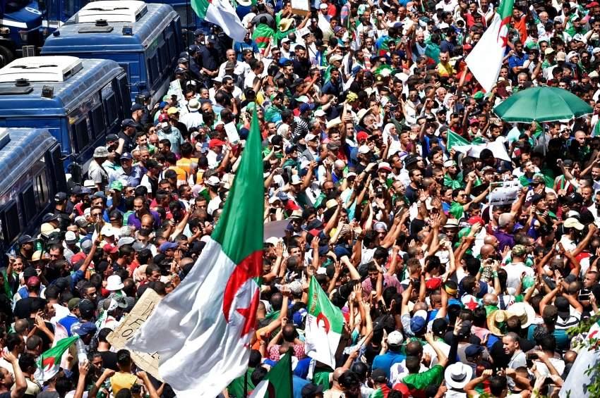 متظاهرون وسط الجزائر العاصمة مطالبين برحيل رموز نظام بوتفليقة. (أ ف ب)