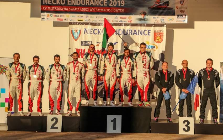 أبطال الإمارات على منصة التتويج.(الرؤية)
