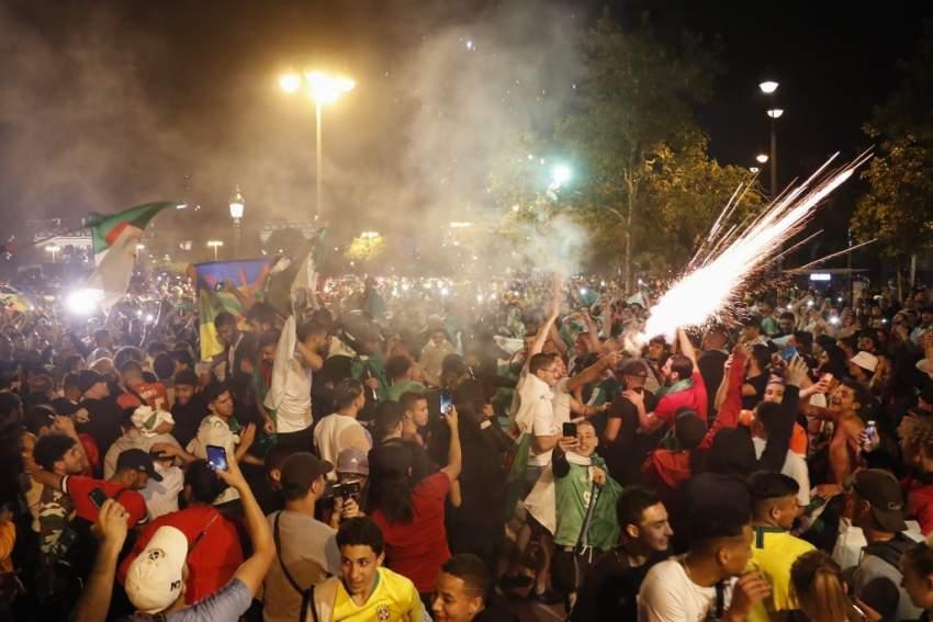 الجماهير تتدفق للشوارع وتقيم كرنفال الانتصار - أ ف ب