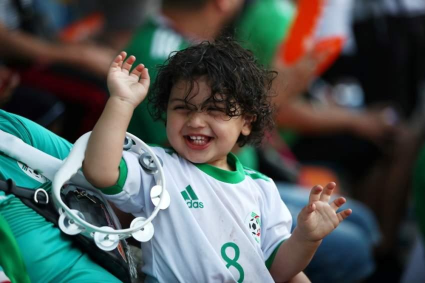 طفل جزائري بين صفوف المشجعين في الملعب - رويترز