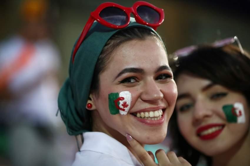 المشجعات يرسمن العلم الجزائري ويدعمن المنتخب في الملعب - رويترز