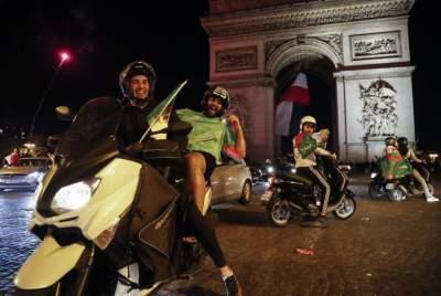 الجالية الجزائرية في فرنسا تحتفل بالفوز - أ ف ب