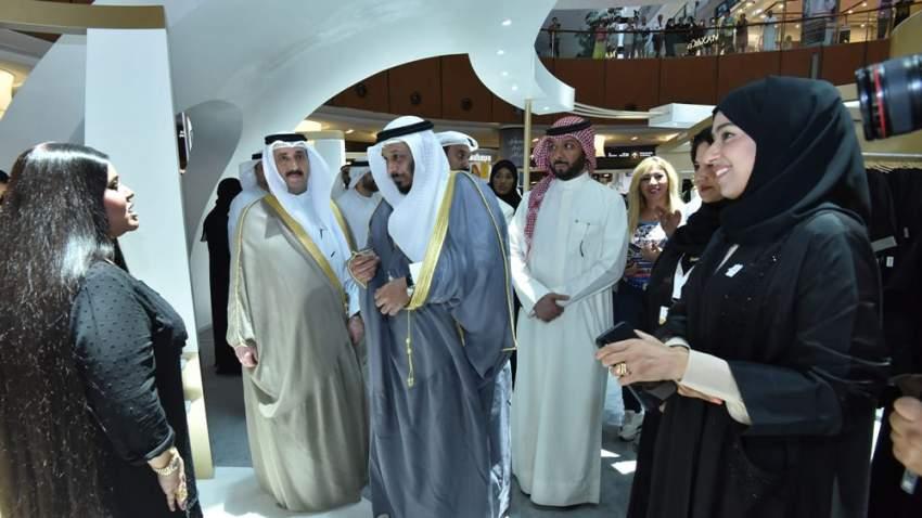 حصة بنت عيسى بوحميد وزيرة تنمية المجتمع، وسعد إبراهيم الخراز وزير الشؤون الاجتماعية بدولة الكويت