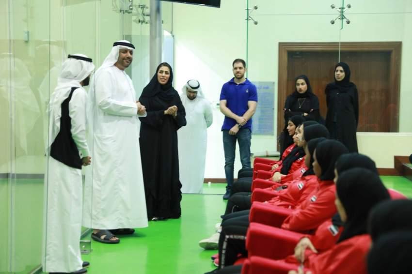 الأمين العام  لمجلس الشارقة مع اللاعبات.