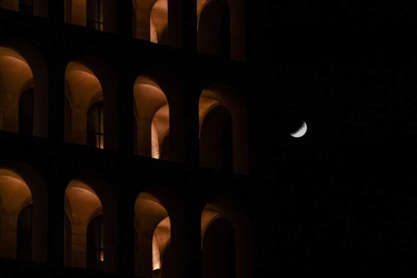 بالقرب من الكوليسيوم في روما .. شاهد الإيطاليون الخسوف الجزئي بكل وضوح (أ.ف.ب)