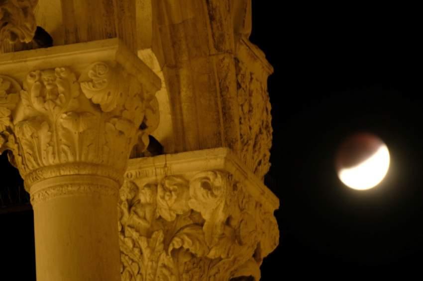 الخسوف الجزئي للقمر في مدينة البندقية في إيطاليا