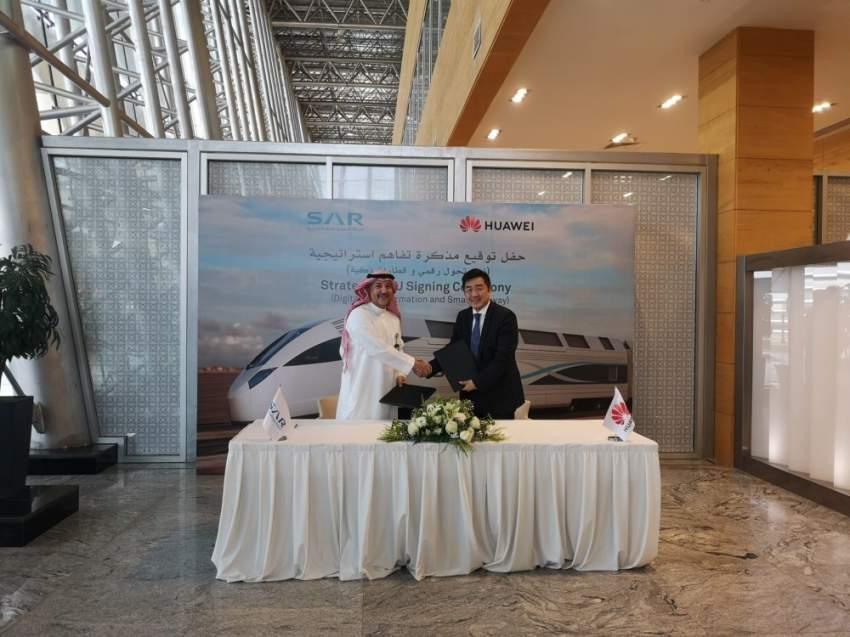 خلال توقيع الاتفاقية بين الشركة السعودية للخطوط الحديدية وهواوي. (الرؤية)