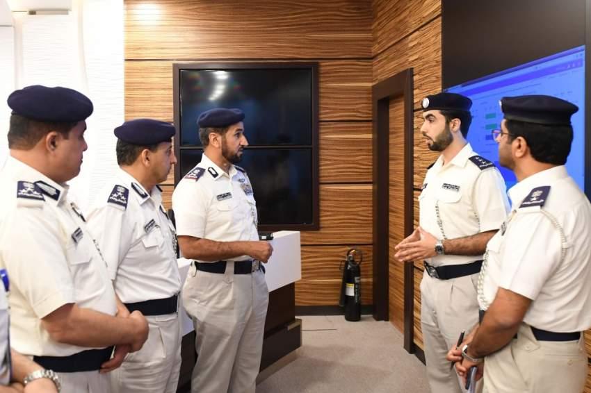 جانب من زيارة القائد العام لشرطة أبوظبي إلى مركز نظم المعلومات والاتصالات. (الرؤية)