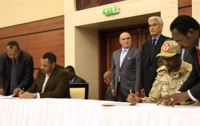 التوقيع على وثيقة الاتفاق السياسي (أ.ف.ب)