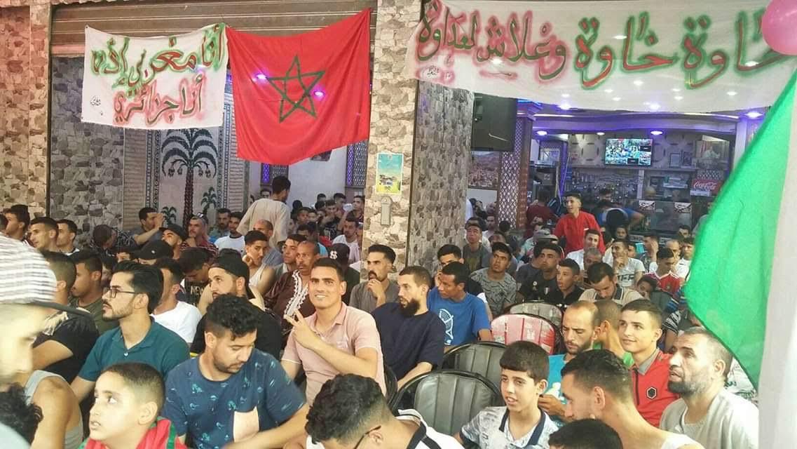 جمهور مغربي يشجع الجزائر داخل مقهي في المغرب