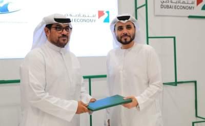عمر بوشهاب، المدير التنفيذي لقطاع التسجيل والترخيص التجاري باقتصادية دبي؛ وثاني جمعة بالرقاد، رئيس مجلس إدارة نادي دبي لأصحاب الهمم. (الرؤية)