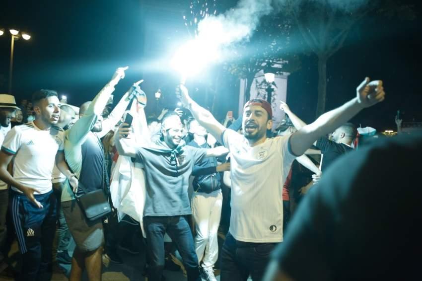 فرحة الجزائريين بفوز منتخبهم - رويترز