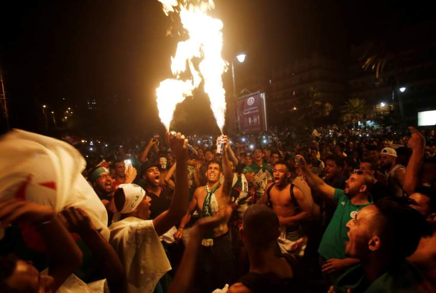 إحتفالات الجزائريين بعد فوز منخبهم - رويترز