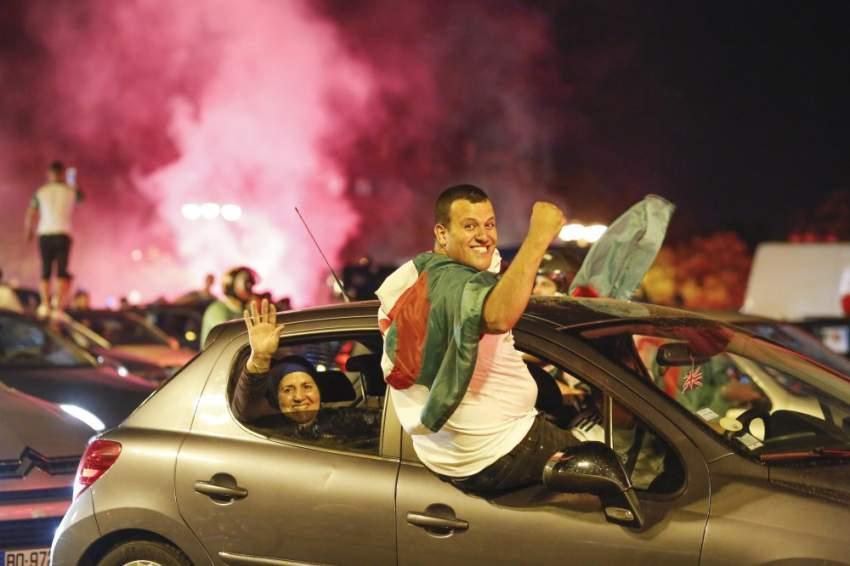 جانب من إحتفالات الجالية الجزائرية في باريس - رويترز