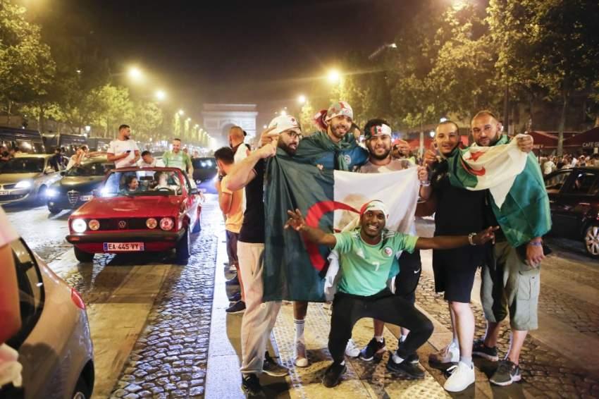 إحتفالات الجالية الجزائرية في باريس - رويترز