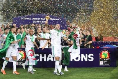 جانب من إحتفالات اللاعبين بعد الفوز - رويترز