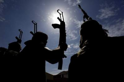 epa06648452 Pro-Houthis Yemenis hold up guns during a rally against the Saudi-led military operations in Yemen, in Sana'a, Yemen, 05 April 2018.  According to reports, the Saudi-led military coalition intensified airstrikes against several positions across Yemen a day after the coalition shot down a missile allegedly fired by the Houthis targeting storage facilities of Saudi oil giant Aramco.  EPA/YAHYA ARHAB