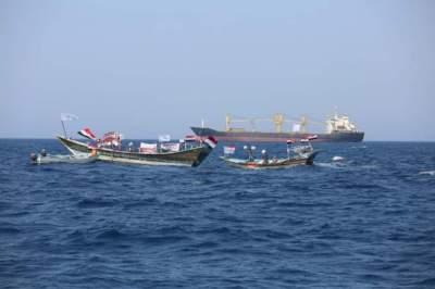 صيادون يمنيون يناشدون المجتمع الدولي إبعاد السفينة المشبوهة.