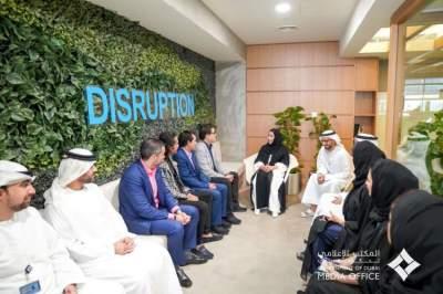 منى المرّي خلال استقبالها وفد شركة «غرو أب إيسبورتس» في دبي. (الرؤية)