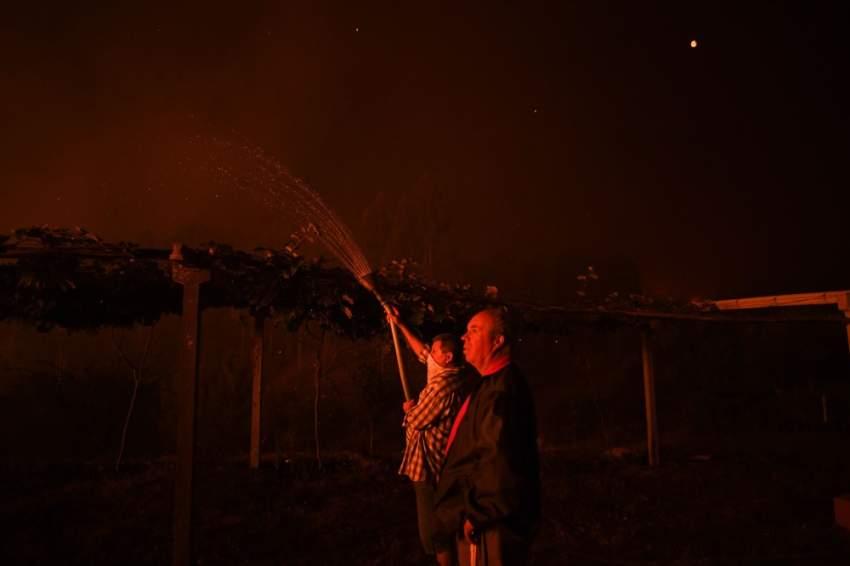 عبّر الرئيس البرتغالي مارسيلو ريبيلو دي سوزا عن «تضامنه مع مئات الأشخاص الذين يكافحون ظاهرة الحرائق» وذلك في رسالة نشرت على موقع الرئاسة. (أ ف ب)