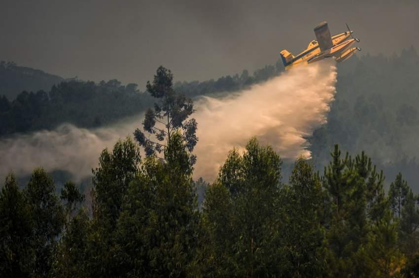 يركز جزء كبير من هذه القوة التي نادراً ما يتم تشكيل وحدات بحجمها على حريق كبير بالقرب من بلدة فيلا دي راي حيث يعمل 760 رجل إطفاء و230 آلية و11 من الوسائل الجوية. (أ ف ب)